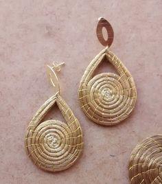 Brinco em capim dourado;  formato em gota mandala;  base de metal dourado.