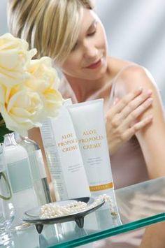 L'aloès associé à la propolis, font de cette crème à la texture riche, un véritable soin anti-bactérien et réparateur, qui apaise les irritations cutanées. La camomille, l'allantoïne et les vitamines A et E apportent à la peau douceur et souplesse. Elle peut être utilisée sur les peaux sèches et rugueuses.