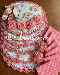 Crochet Placemats, Crochet Doilies, Knit Crochet, Lip Colors, Colours, Burlap Wreath, Dream Catcher, Coasters, Decoration