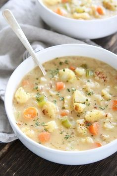 Creamy Roasted Cauliflower Chowder Recipe on twopeasandtheirpo. This creamy and comforting chowder Crock Pot Recipes, Chili Recipes, Vegetarian Recipes, Cooking Recipes, Healthy Recipes, Healthy Food, Cauliflower Chowder, Roasted Cauliflower, Eating Clean