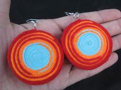 Aretes rojo, naranja y celeste, en fieltro, por María Tenorio, via Flickr