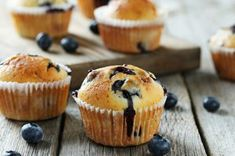 Tasty blueberry muffins on a grey wooden background Healthy Blueberry Muffins, Healthy Breakfast Muffins, Healthy Muffin Recipes, Donut Recipes, Blue Berry Muffins, Snack Recipes, Dessert Recipes, Muffins Sains, Simple Muffin Recipe