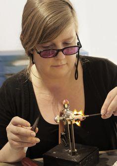 Glass artist, glassblower Marja Hepo-aho making a glass owl sculpture with lampworking technique.  Lasitaiteilija, lasinpuhaltaja Marja Hepo-aho tekemässä lasiveistospöllöä lampputekniikalla.