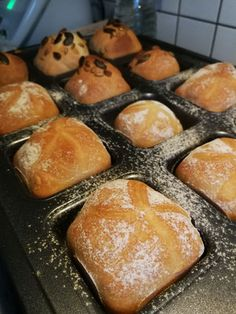 Freshly baked bread rolls at the weekend are great, of course the walking time in the morning is not. Here is a recipe with overnight cooking, baked in the brownie form deluxe by Pampered Chef! Cooking Cake, Cooking Bacon, Chef Recipes, Dessert Recipes, Canned Pumpkin Recipes, Bacon In The Oven, Low Carb Chicken Recipes, Super Healthy Recipes, Bread Baking