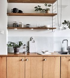 5 Easy Cool Ideas: Minimalist Home Architecture Simple minimalist decor living room small spaces.Chic Minimalist Decor Home minimalist home tips posts.Minimalist Home With Kids Friends. Kitchen On A Budget, New Kitchen, Kitchen Decor, Kitchen Ideas, Kitchen Black, Kitchen Shelves, Skandi Kitchen, Kitchen Cabinets, Kitchen Counters