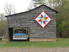 Barn quilt on old barn w/vintage truch Barn Quilt Designs, Barn Quilt Patterns, Quilting Designs, Old Barns, Country Barns, Country Life, Painted Barn Quilts, Block Painting, Barn Art