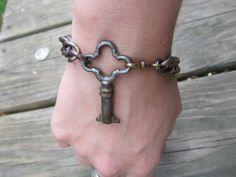 Key Jewelry Kits, Key Jewelry, Gothic Jewelry, Jewelry Crafts, Jewelry Bracelets, Jewelery, Jewelry Making, Key Crafts, Jewelry Ideas