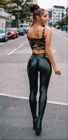 Beste Jeans, Shiny Leggings, Sexy Latex, Girls Jeans, Leggings Fashion, Leather Fashion, Sexy Outfits, Leather Pants, Girl Fashion