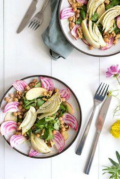 Salade met bietjes en venkel. Het recept is super makkelijk om te maken met o.a. bietjes, kikkererwten, venkel, appel, walnoten. Serveer met lekker knapperig brood en een goede witte wijn. #bietjes #venkel #salade #vegan