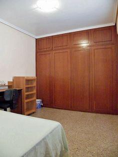 1ª Habitación. Habitación doble, toda equipada con cama, escritorio, armario, estanterías y persianas. Dispone de un armario empotrado doble y un pequeño tendedero auxiliar al exterior.