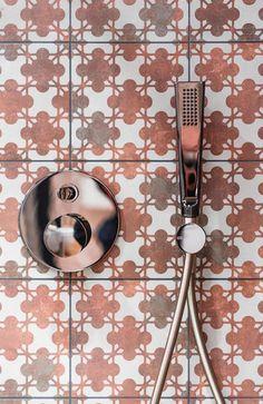 Rubinetteria by Gessi, abbinato a una piastrella 20x20 dalla collezione Azulej di Ceramiche Mutina Showroom, Door Handles, Photo Galleries, Tiles, Stone, Stylish, Gallery, Home Decor, Room Tiles
