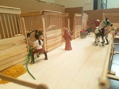 Model horse stable made from popciscle sticks and cardboard Model horse stable made from popciscle sticks and cardboard - Art Of Equitation Toy Horse Stable, Schleich Horses Stable, Horse Stables, Horse Farms, Diy Horse Toys, Horse Crafts, Backyard For Kids, Diy For Kids, Barbie Horse