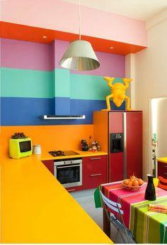 Non, le multicolore n'est pas démodé ! Bien au contraire, très tendance, les cuisines multicolores apportent le grain de folie indispensable à toute déco originale. Démonstration en 8 photos...