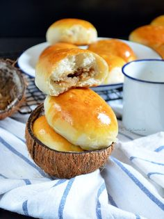 These are sweet buns filled with sweet coconut filling (using freshly grated coconut). One of my childhood favorites – perfect with coffee. Tasty Dishes, Food Dishes, Bacon Muffins, Sweet Buns, Pinoy Food, Instant Yeast, Bread Baking, Bread Recipes, Dessert Recipes