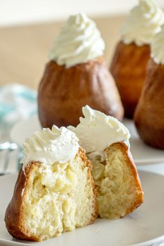 Baba au rhum rum with pineapple and lime Food N, Food And Drink, French Cake, Farm Cake, Pie Recipes, Detox Recipes, Recipies, Confectionery, Vanilla Cake