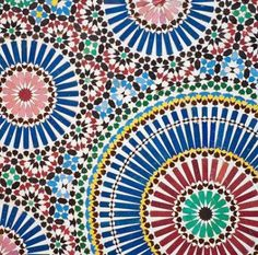 Si chiama zellij, l'arte tradizionale di comporre mosaici fatti con tessere di ceramica smaltata che adornano le pareti ed i pavimenti di tutte le Moschee, Palazzi reali e case.   Gli zellij marocchini sono ricchissimi di forme geometriche anche complesse e di una varietà di colori straordinaria.  Negli zellij si ritrovano i colori del Marocco!