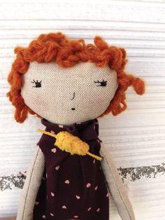 Muñeca realizada en algodón con pelo rizado de AntonAntonThings en Etsy