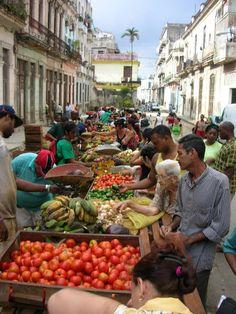 MERCADILLO EN LAS CALLES DE LA HABANA TRAIGO RICA FRUTA