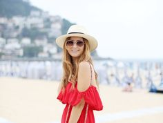 Casual Look. Look con vestido rojo. A trendy life. #casual #reddress #offshoulderdress #hat #panama #embroideredbag #wedges #details #chicwish #suiteblanco #noevandekampstore #zalando #outfit #fashionblogger #atrendylife www.atrendylifestyle.com
