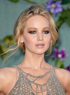 Jennifer Lawrence attends the 'Mother!' UK premiere on September 2017 in … Jennifer Lawrence attends the 'Mother!' UK premiere on September 2017 in London, England. Jennifer Lawrence channelFrom Plum Eyeliner to DewFrom Berry Lipstick to Wh Le Style Jennifer Lawrence, Cabelo Jennifer Lawrence, Jenifer Lawrence, Beauty Makeup, Hair Makeup, Hair Beauty, Maquillage Jennifer Lawrence, Red Carpet Makeup, Celebrity Makeup