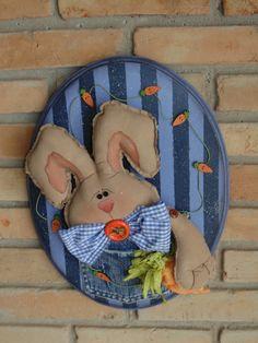 Placa Oval de Páscoa Coelho azul ° Esse produto é artesanal podendo assim ter mudança no tecido. R$ 135,00