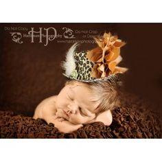 Mini sombrero animal print. Impacatante, encantador, novedoso, elegante...¡este maravilloso sombrero para bebés y niños es el complemento ideal en sesiones fotográficas! Alta costura para este pequeño sombrero afelpado con adorno de plumas, flor color oro, delicada rejilla y piedra de bisuteria incluye una suave goma elástica en color marfil . Medidas aproximadas: 14 cm. de ancho y 7,5 cm de alto.
