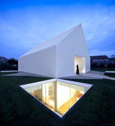 Le célèbre studio d'architectureportugais Aires Mateus vient tout juste de réaliser une incroyable habitation familiale dans la banlieue de Leiria au Port