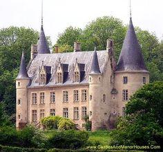 Château des Plantais, castle in France Beautiful Castles, Beautiful Buildings, Architecture France, Photo Chateau, Palaces, Castle Parts, Castle Pictures, French Castles, Château Fort