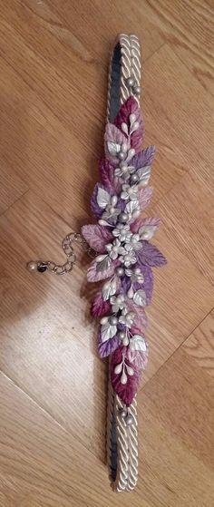 Cinturón base cordón de seda crudo con hojas de terciopelo en tonos crudo, malva, lila y morado con flores de porcelana fría en tonos gris plata y blanco perlado