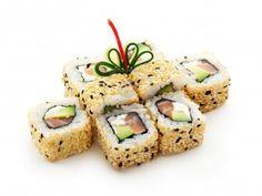 Inside-Out Rolle mit Geräucherte Lachs, Creme Käse, Salad Leaf und Avocado innen sowie außen Sesam.