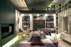 CASA COR RJ 2014 - Descontraída, a Sala de Jogos Retromania, de Andrea Duarte e Anna Malta, reúne mesas de jogos, tv e um confortável sofá no centro do ambiente