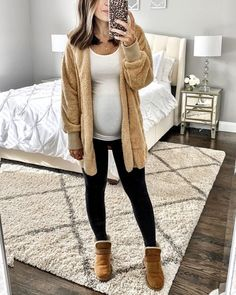 30 Lovely Fall Maternity Outfits Ideas - Fall is a high season. Leaves begin to change shading, the climate cools only the ideal sum, and Starbucks starts offering their Pumpkin Zest Latte. Winter Maternity Outfits, Stylish Maternity, Maternity Wear, Maternity Clothing, Fall Pregnancy Outfits, Maternity Shirts, Winter Maternity Fashion, Maternity Photos, Pregnancy Fall Fashion
