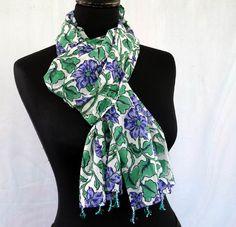 Echarpe foulard en coton voile bleu , vert et blanc, motif fleurs et  bordures de e76f8ee4a86