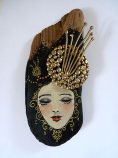 Statuette en bois flotté peint et vernis.Le rêve de Selène.Bois et bijoux de métal doré. : Sculptures, gravures, statues par pivoine