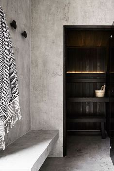A bespoke home sauna is a secret ingredient to create a unique luxury bathroom design since it is one of the crowning jewel details of the true luxury experienc Saunas, Design Sauna, Home Gym Design, Sauna Infrarouge, Sauna Room, Layout Design, Building A Sauna, Hinoki Wood, Outdoor Sauna