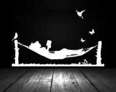 Femme lisant dans un hamac, oiseaux, papillons - autocollant, autocollant, vinyle, mur, maison, école, bibliothèque décor