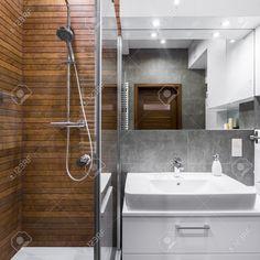 67105002-Nuovo-bagno-stile-con-piastrelle-effetto-legno-doccia-specchio-e-bacino-Archivio-Fotografico.jpg 1300×1300 pixelů