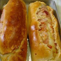 Faça o Pão Recheado com Presunto e Queijo para o lanche da sua família. Ele é fácil de fazer, delicioso e rende bastante. Confira! Portuguese Recipes, Food Places, Crepes, Hot Dog Buns, Baked Potato, French Toast, Bacon, Sandwiches, Brunch