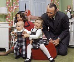 BLE FORELDRE: Her er kronprinsfamilien avbildet på Skaugum i 1974. Prinsesse Märtha Louise var ikke så fornøyd med å bli tatt bilder av ...Hun ble født 22. september 1971, og Kronprins Haakon 20. juli 1973. Foto: NTB Scanpix arkivfoto
