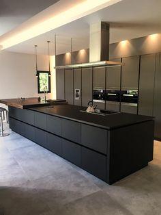 Cuisine en fenix contemporaine avec îlot noir dans Intérieur contemporain maison de ville . Idée décoration de cuisines Design et Contemporaines sur Domozoom.