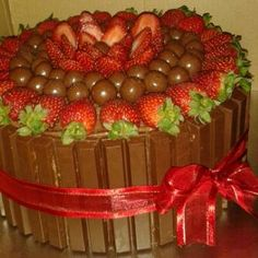 Strawberry & chocolate cake with Kit Kat & Maltesers Birthday Cake Decorating, Cookie Decorating, Cupcakes, Cupcake Cakes, Sweet Recipes, Snack Recipes, Strawberry Birthday Cake, Chocolate Garnishes, Light Cakes