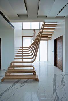 Incrível o desenho dessa escada! Os degraus de cima se tornam guarda-corpo e depois degraus novamente (na parte inferior) em um movimento fluido. Projeto do escritório mexicano Arquitectura en Movimiento.