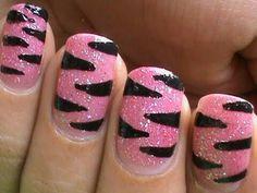 Roze nagellak goed dekkend opdoen. Daarna ga je met dun kwastje zwarte nagellak de strepen tekenen. And voila prachtige nagels.