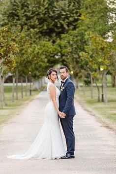 Séance photo de couple originale d'engagement ou trash the dress, avec des poses et une composition travaillées par votre photographe de mariage à Toulouse.