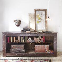 Ancien comptoir de magasin en bois peint. Jolie patine à effet écaillée. Devant du meuble mouluré.