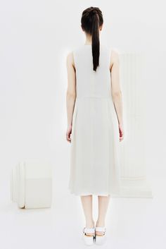 BOGDAR SS16. Vestido midi sin mangas, pliegues delanteros y traseros, cremallera oculta en la parte posterior del vestido. #SS16 #minimalismo #tendencia #modamujer #lookbook #bogdar #femenino #moda
