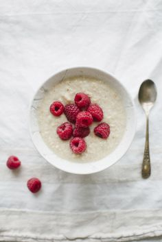 Overnights oats (de Amerikaanse naam voor havermoutdie je een nacht weekt in water of melk) zijn bij veganisten al jaren favoriet. Dit verrukkelijke, romige havermoutontbijt iszólekker dat we het tijd vinden dat iedereen van healthy havervlokken gaat genieten. Fris uit de koelkast is het een perfect ontbijt voor zomerse dagen. Het beste nieuws? Je maakt […]