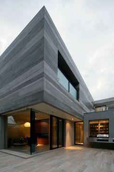großes modernes haus architektur außenbereich fassade grau holzplatten