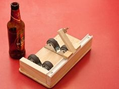 easy glass bottle cutter made up of common parts [UPDATED. Fun Projects, Wood Projects, Woodworking Projects, Wine Bottle Crafts, Bottle Art, Diy Bottle, Cut Glass, Glass Art, Cutting Glass Bottles