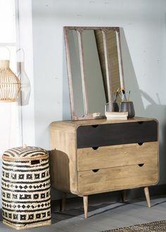 J'aime beaucoup le détail de la commode Akhal, avec le tiroir du haut peint, qui se démarque de l'ensemble en bois.  #détail #commode #akhal